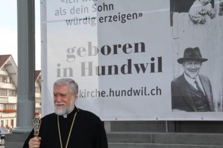 Aram I., Katholikos der aramäisch-apostolischen Kirche besucht die Rauminstallation in Hundwil am 26.9.2015